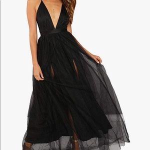 Sumintras plunging neckline black maxi dress- med